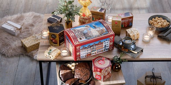 Historical Nuremberg chest 2021 filled with 6 different Lebkuchen and pastry specialities